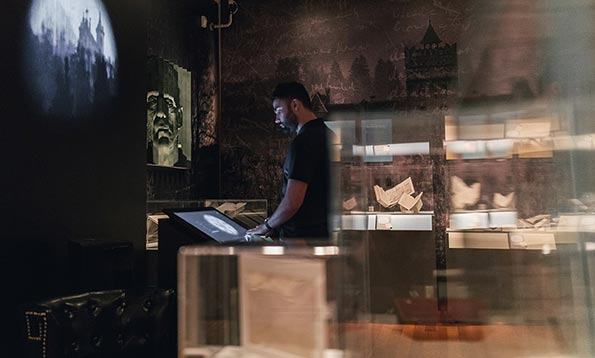 Created by bluecadet, the exhibition gallery features an interactive experience designed to emphasize the connection between the novels by Mary Shelley and Bram Stoker and the scientific and ethical questions of the present day.